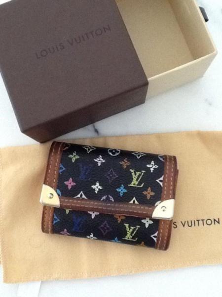 original Louis Vuitton Multicolor Portemonnaie Plat Coin and Card Case.Dieser LV Artikel wird nicht mehr hergestellt und ist daher ein Liebhaberstück.Date code selbstverständlich vorhanden.Leichte Gebrauchsspuren vom Kleingeld.Außen eine wunderschöne Patina am Leder