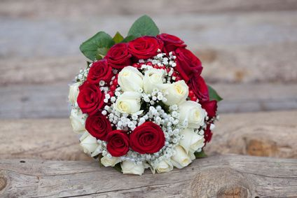 Une douzaine de roses rouges et une douzaine de roses blanches avec  soupir de bébé, hypericum rouge.