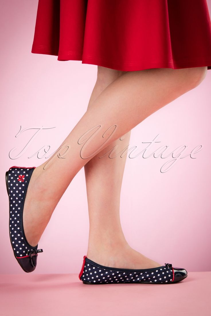 Deze fantastischeFoldable Ballerina Cara Polkadot zijn net alsalle ballerina's uit de collectie opvouwbaar!Hierdoor zijn ze gemakkelijk mee te nemen, briljant!We love polkadots... is het eerste dat bij je opkomt zodra je deze schatjes ziet! Met deze mooie donkerblauwe schoentjes met de witte polkadots in combinatie met de blauwe lakneusjes en de rode details creëer je de perfecte retro look! Ze lopen als slofjes en je bergt ze makkelijk op in je tas. Hoe hebben we ooit...