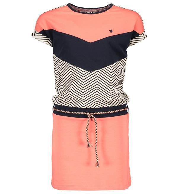 Like FLO colour blocking sweat jurk met korte mouwen. Het model heeft een loose-fit top voor een extra stoere look. Het kleurige gevlochte rimepjes met flosjes maakt de look helemaal af. Deze en nog meer trendy jurken van Like Flo shop je @ http://www.nummerzestien.eu/flo/meisjes/
