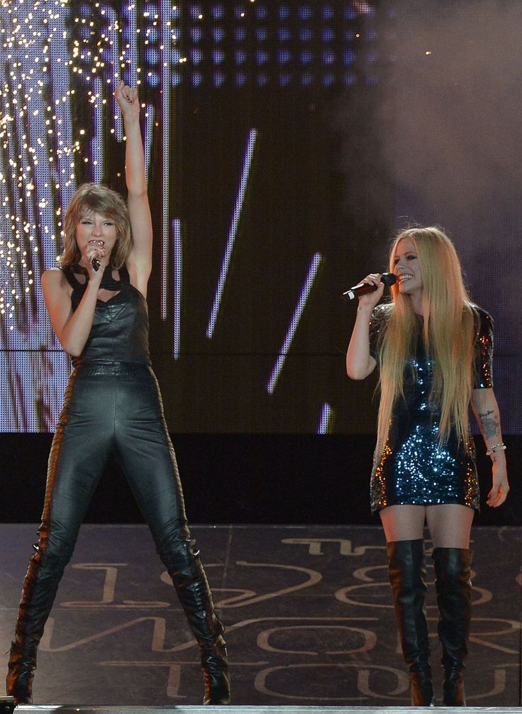 Taylor and special guest Avril Lavigne performing Complicated during the 1989 World Tour in San Diego! 8.29.15