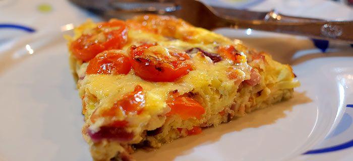 Een+makkelijke+frittata+met+prei,+paprika+en+gebakken+spekjes