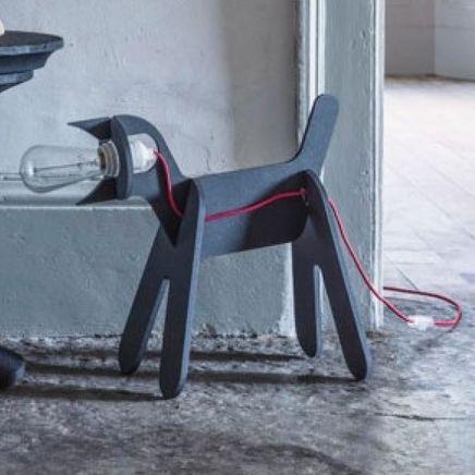 """Créée par la maison d'édition française, Eno studio et le duo de designers français, Clotilde & Julien, la lampe à poser  """"Get Out Dog"""", est une création originale et minimaliste en forme de chat assis ! #luminaire #design #designcontemporain #contemporarydesign #nedgis  #luminairedesign #clotilde&julien #getoutdog #lampeàposer #tablelamp #enostudio #lampechien  #doglamp #chambre #bedroom #livingroom #salon #noir #black"""