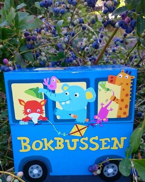 Bokbussen Blå er på blåbærtur. Inneholder flotte små bøker for småttiser i 2. klasse