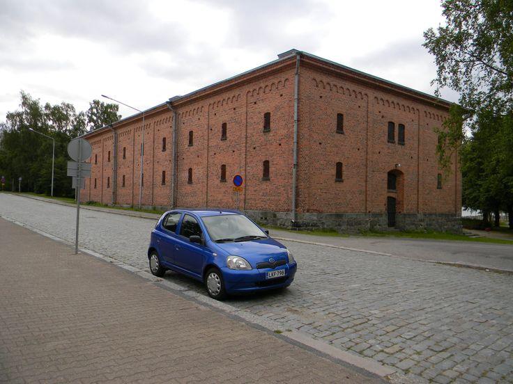 Vanhassa Vaasassa olleesta kruununmakasiinista siirretiin vilja v. 1874 uuteen Kruununmakasiiniin Vaasan rannalle, Rantakadun varteen. Maatalousminiosteriö luovutti rakennuksen puolustusvoimille 2.12. 1926, jolloin valtion Jyvälaitos lakkautettiin.