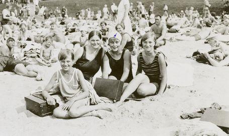 """Beach life in Helsinki (Finland). Töölön hiekkaranta """"Hietsikka"""" on juuri avattu. Vuosi on 1930."""