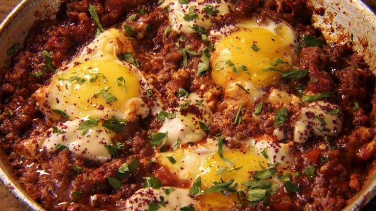 Shakshuka: prato da cozinha árabe tem carne moída, ovo e berinjela defumada - Receitas - GNT