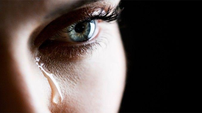 Menangis terkadang dinilai sebagai hal yang sia-sia, bisa jadi menggambarkan seseorang itu lemah. Tapi pada dasarnya menangis adalah proses alami tubuh untuk merespon sesuatu. Namun ternyata khasiat air mata untuk tubuh masih banyak dan rahasia nya sangat jarang diketahui.