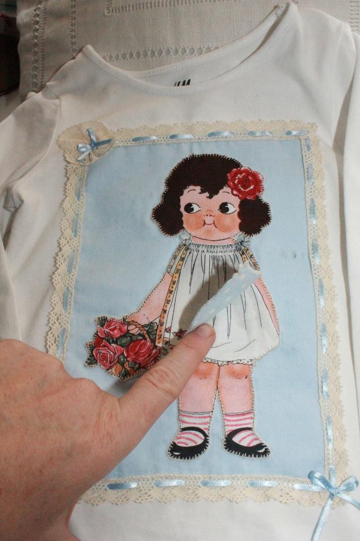Camiseta de muñeca recortable de tela, con vestido forrado y enaguas. Con puntilla y entredos en azul celeste