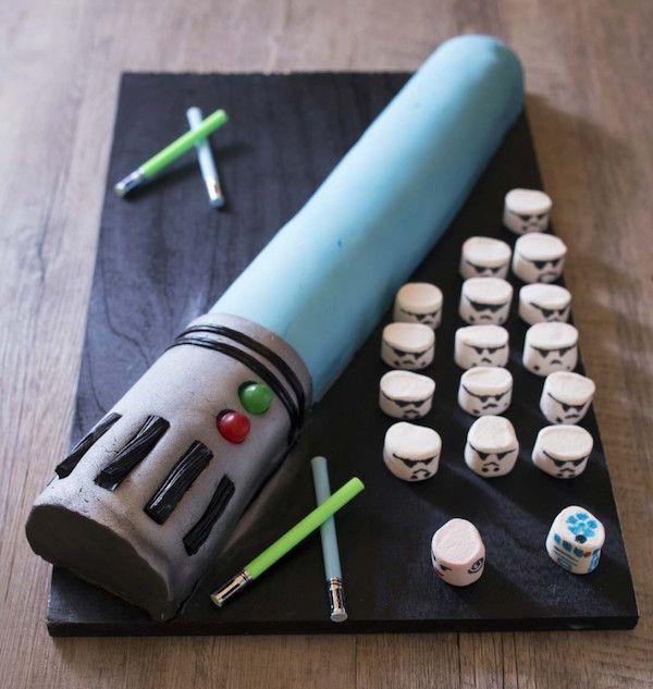 Cómo hacer una tarta fácil de Star Wars. Tarta de cumpleaños en forma de sable de luz. Idea fácil para cumpleaños infantiles de Star Wars.