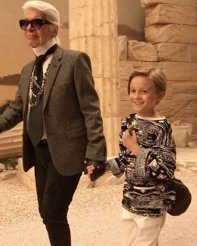 #ELLEshowtime #엘르편집장 ( @mytipasa )이 참석한 #ChanelCruise 쇼장은 어디일까요? 그리스 아테네? 노노! 바로 파리의 그랑팔레에 있는 Galerie Courbe. 칼 라거펠트는 '트로이의 목마'에서나 나올법한 님프의 드레스 이사조차 던컨의 여신 같은 룩에서 영감을 받은 그리스풍 의상과 액세서리를 현대적으로 재해석했습니다대부 칼라거펠트와 함께 피날레를 장식한 귀요미 #허드슨크로닉( @hk0712 ) 심쿵한 미소는 덤  #hudsonkroenig @chanelofficial  via ELLE KOREA MAGAZINE OFFICIAL INSTAGRAM - Fashion Campaigns  Haute Couture  Advertising  Editorial Photography  Magazine Cover Designs  Supermodels  Runway Models