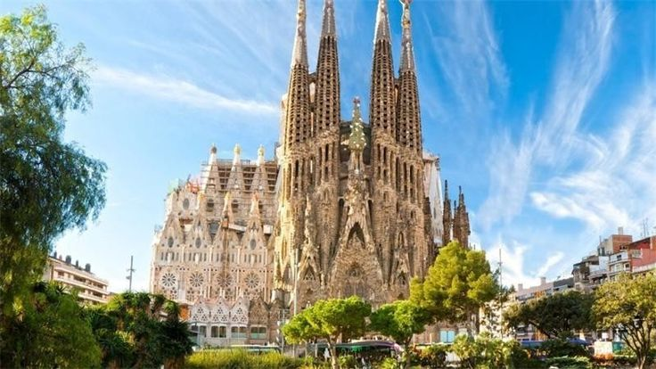 Саграда-Фамилия, Испания Строительство началось в 1883 году, но собор до сих пор не завершён. Примерная дата окончания строительства – 2026 год, но кто знает…
