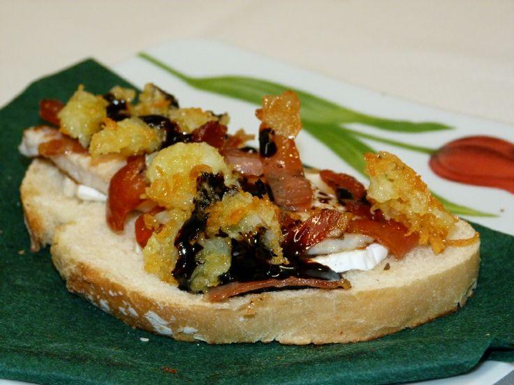 Salsa de crema de caña de cabra, solomillo de pavo, pan casero, virutas de jamón ibérico, crujiente de patata y crema de vino.