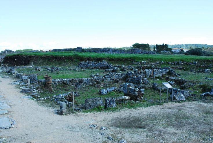 Ínsulas: Estes edifícios, romanos pela técnica de construção de pedra e argamassa de cal e por alguns aspectos da sua morfologia, respeitam no entanto os limites de propriedade desses quarteirões, cujo desenho é certamente pré-romano.