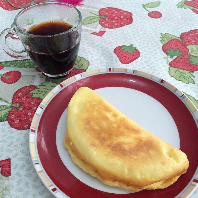 Postei o café da manhã no snap e deu chuva de perguntas! Bora lá:  Bati 1 ovo grande com 1 colher de cottage + 1 colher de sopa de goma de tapioca + 1/2 colher de café de sal. Coloquei na omeleteira enquanto preparava o papá da Pirulita. #porquemãe #temqueser #tipopolvo  Café preto sem açúcar pra acompanhar! ❤️☕️ Um recado pra seguidora que me deu a omeleteira e não deixa eu divulgar de jeito nenhum: Uso muito e depois que a Maísa chegou está sendo ainda mais útil. Amo a senhora dona I... ❤️