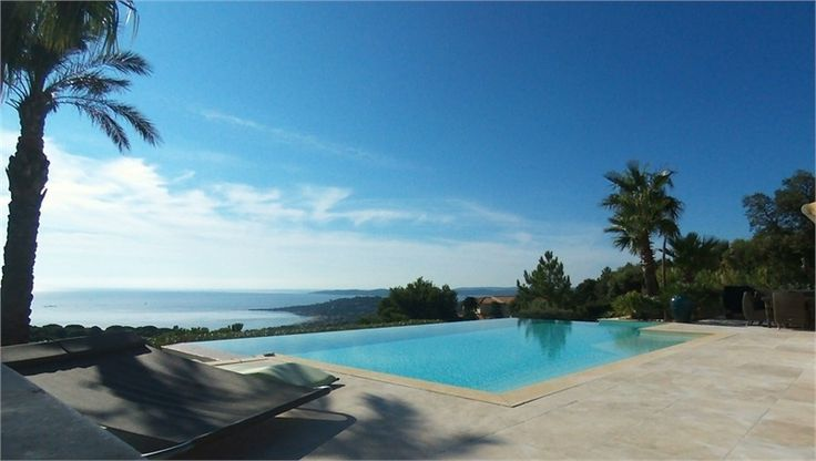 Magnifique villa de 360 m² à vendre chez Capifrance à Sainte-Maxime.     > belles prestations : salle de cinéma, salle de sport, salon esthétique privé.    Plus d'infos > Stéphane Dorange, conseiller immobilier Capifrance.