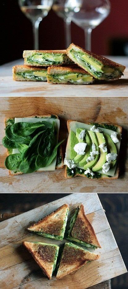 Sandwich de pesto, espinaca bebé, aguacate, y queso mozarella a la parrilla