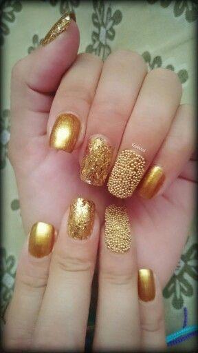 Empezando el #año #nuevo con mucho #brillo  #uñas #oro #espejo #caviar #glitter #nail #art #design #nailpolish #diy #gold #2016