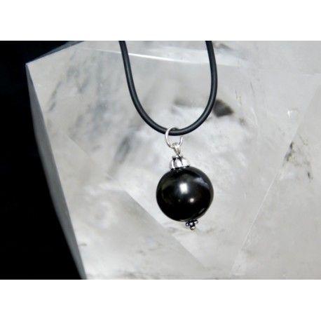 Un pequeño pero original colgante del mineral de moda Shungit, un auténtico protector contra las energías negativas. Hazte con él, lo tienes disponible en nuestra tienda.