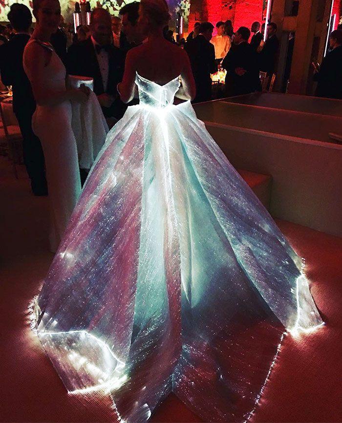 "Atriz arrasa no baile da Met Gala com vestido ""high tech"" que brilha no escuro"