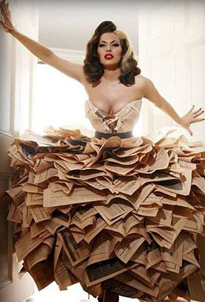 20 spectacular dresses made with books // 20 espectaculares vestidos hechos con libros. http://www.eraseunavezqueseera.com/2015/01/22/20-espectaculares-vestidos-hechos-con-libros/