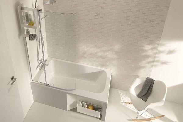 Un toute petite baignoire rectangulaire avec une partie douche.