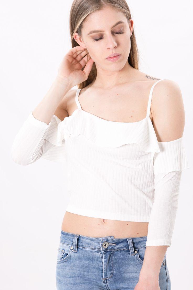 CROP TOP VOLANT Crop top in viscosa a costina. Ha un design che lascia le spalle scoperte, con un' applicazione di un volant nella bordatura.  Un capo basic che può essere abbinato facilmente ad un pantalone. #outfit #woman #top #dani