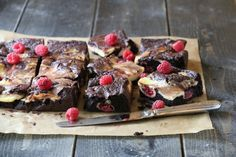 Kombinasjonen brownie, ostekake og bringebær er himmelsk, og her kommer en kjapp, enkel og veldig, veldig god kake som du garantert vil imponere med. Finn frem: BROWNIEBUNN 225 g smør, smeltet 4 egg 3