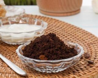 Gommage corporel doux fait maison au marc de café : http://www.fourchette-et-bikini.fr/recettes/recettes-minceur/gommage-corporel-doux-fait-maison-au-marc-de-cafe.html