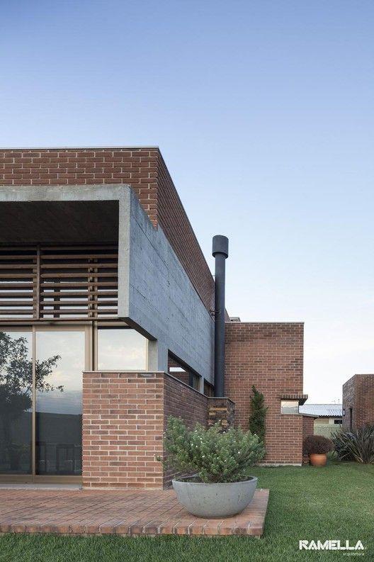 Las 25 mejores ideas sobre fachada de ladrillo rojo en for Casas modernas ladrillo