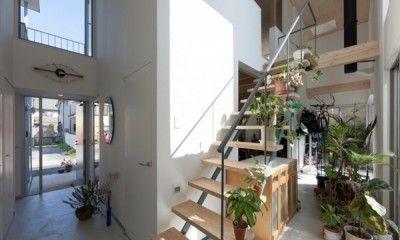 """家の中で地面と同じ高さの部分を""""土間""""といい、その空間は無限の可能性を秘めているんです。 収納や趣味部屋、パパルーム、作業部屋などなど…一括りに土間と言っても使い方によって様々な表情を浮かべます。 今日は家作りの参考になる土間の使い方・実例集をまとめました。"""