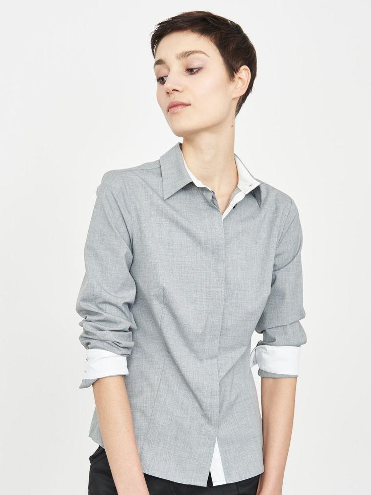 Z2018  Koszula w kolorze szarym. Od wewnątrz kołnierza wstawki w kolorze białym, klasyczna, rękawy długie, z kołnierzykiem, guziki pod listwą.