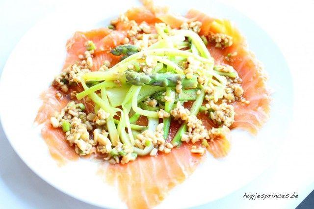 Zalmcarpaccio met groene asperges en oosters sausje met pindanoten van Pascale Naessens