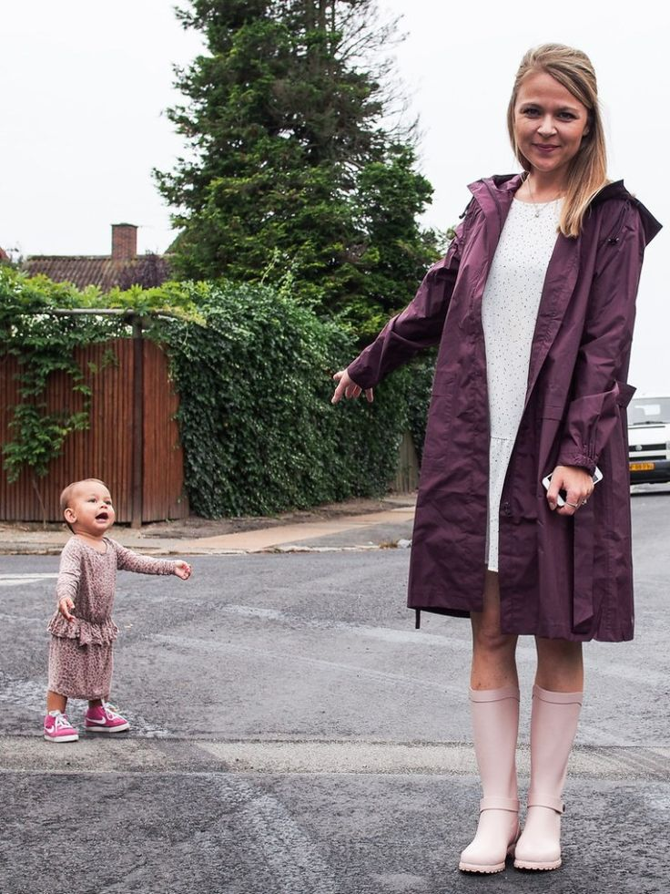 @plummumdk styling in shades of rose. Wellingtons together with a bordeaux raincoat