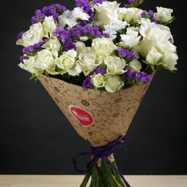 Роза кустовая белая, роза одноголовая белая, сантини белые,статица синяя, крафт бумага