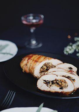 Parce qu'on aime bien manger de la dinde dans le temps des fêtes, mais qu'on n'a pas toujours envie de faire cuire une volaille entière, je vous propose une délicieuse recette toute simple qui se prépare assez rapidement. Vous pouvez la déguster avec les légumes de votre choix.