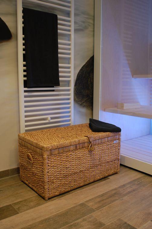Wäschetruhe LEA aus Wasserhyazinthe in Natur im Saunabereich.