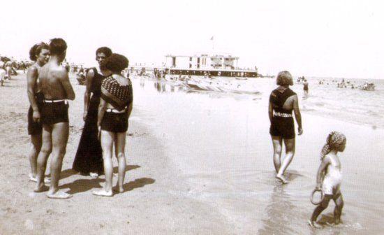 Bagnanti sulla battigia della Spiaggia di velluto di Senigallia. Riviera Adriatica. Marche.(da una vecchia foto in bianco e nero) .