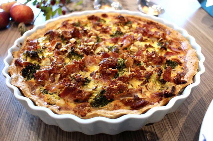 Broccolitærte med bacon, mandler & parmesan (prøv tomat i stedet for broccoli) | madmedhjertet.dk