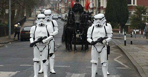 De laatste wens van Star Wars-fan Gordon Deacon (58) is woensdag in vervulling gegaan. Te weten dat zijn hele begrafenis in een Star Wars-thema was gehuld. De meest opvallende verschijningen waren vier Stormtroopers, die met de lijkkoets door de straten van Cardiff marcheerden. In opdracht van Deacon had zijn familie alle genodigden gevraagd om in Star Wars-kleding naar de begrafenis te komen. In het rood mocht overigens ook, want de man was ook enorm fan van voetbalclub Liverpool.