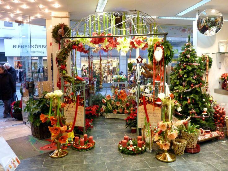 Weihnachtliche Inszenierung im Blumengeschäft