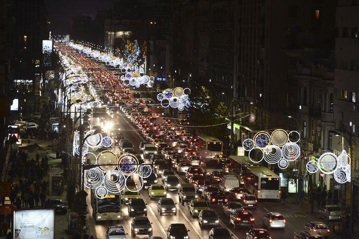 Instalaţii de iluminat sunt aprinse în Piaţa Romană din Bucureşti, vineri, 6 decembrie 2013. (  Silviu Matei / Mediafax Foto  ) - See more at: http://zoom.mediafax.ro/news/luminite-de-craciun-2013-11746888#sthash.wzNU2OgL.dpuf