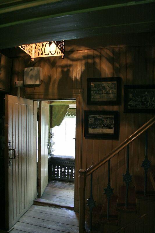 Абрамцево, Баня-теремок. Лампа с совами и тени на стене