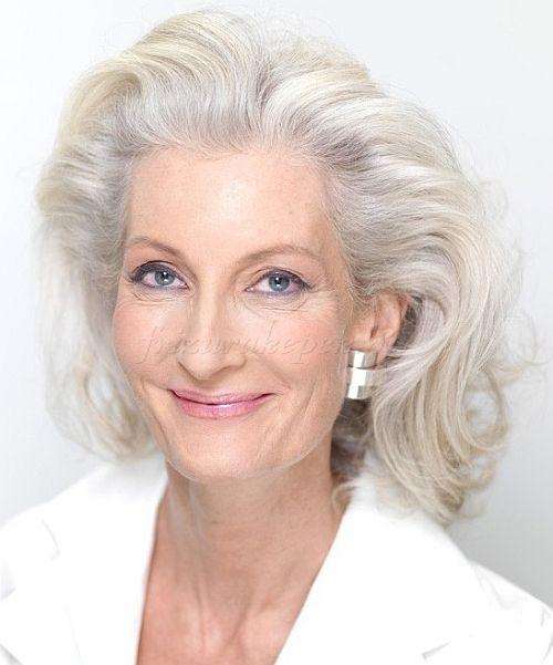 félhosszú frizurák 50 felett, vállig érő frizurák ötven feletti nőknek
