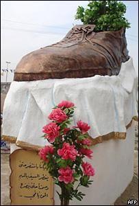 В президента буша полетели старые ботинки