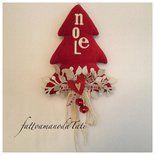 Albero natalizio in velluto rosso con la scritta noel in feltro