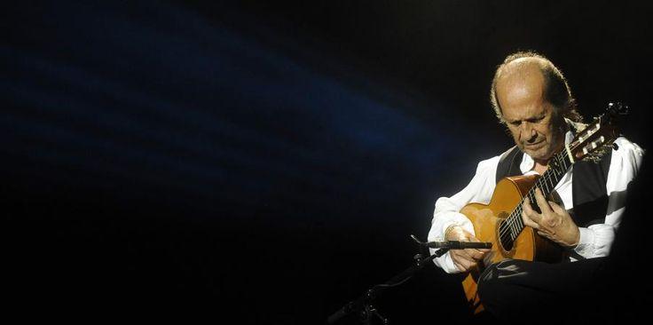 Le guitariste de flamenco Paco de Lucia sur scène lors du 37e festival de jazz de Vitoria (Espagne), le 20 juillet 2013. | RAFA RIVAS / AFP