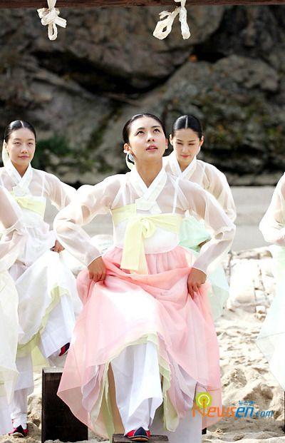 "Hanbok, Korean Traditional Dress...Korean drama. ""Hwang Jin Yi"" in hanbok. Daum Blog"