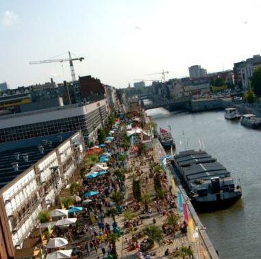 Elk jaar wordt tussen ongeveer 15 juli en 15 augustus langs het kanaal Brussel Bad georganiseerd. Over een lengte van één kilometer wordt er 3000 ton zand aangelegd en heerst de zomerse sfeer met strandhutjes, drankjes, cultuur en ontspanning.