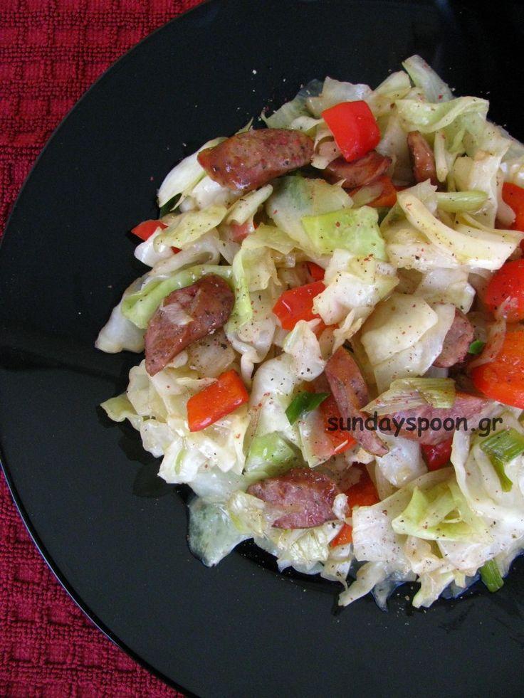 Ζεστή σαλάτα με λάχανο και χωριάτικο λουκάνικο. Ιδανική σαλάτα για το χειμώνα. Με τραγανά λαχανικά και ελαφρώς καραμελωμένο λουκάνικο.
